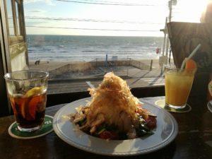 鎌倉、由比ケ浜の海が見えるカリフォルニアレストランのシードレスバー