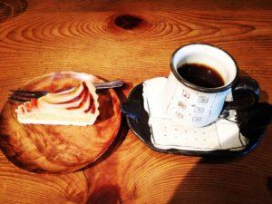 """鹿児島有機生産組合さん直営のカフェ""""地球畑カフェ""""のオーガニックコーヒーとアップルさつま芋タルト"""