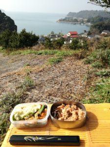 海を見下ろしながら食べるお弁当
