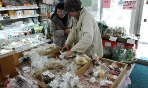 """かごしま有機生産組合の直営小売店舗""""地球畑""""西田店での農家さんの直接販売"""